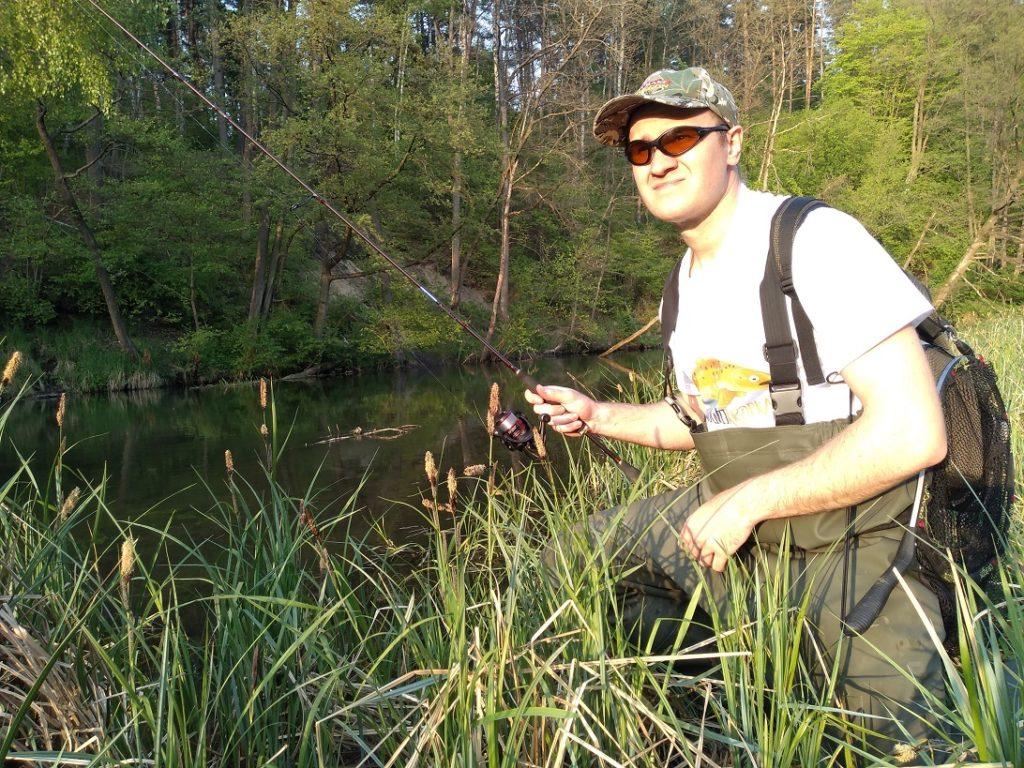 wędkarz okulary przeciwsłoneczne rzeka słońce koszulka wędkarska